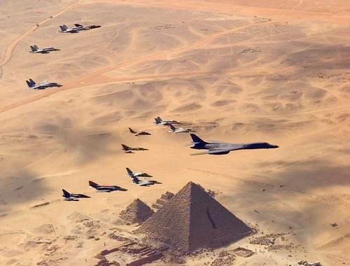 vuelo militar sobre la gran pir mide egipto bright star 1999 venelog a. Black Bedroom Furniture Sets. Home Design Ideas
