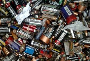 Cuando se descomponen, las pilas no sólo son dañinas para el ambiente sino para las personas.