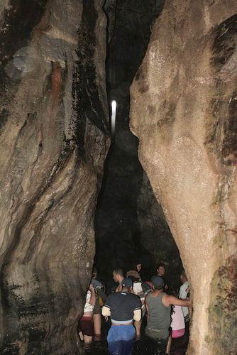 Turistas visitando la Cueva del Carrao